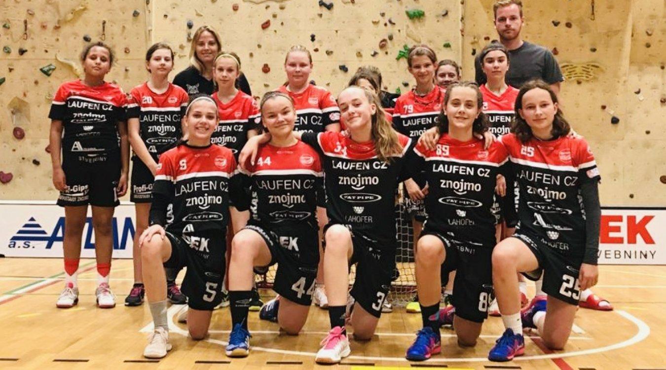 Mladší a starší žákyně TJ Znojmo LAUFEN CZ odehrály vyrovnané turnaje na domácí palubovce